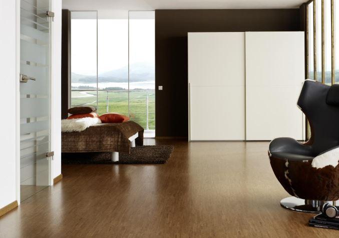 Schwere Möbel auf Korkboden